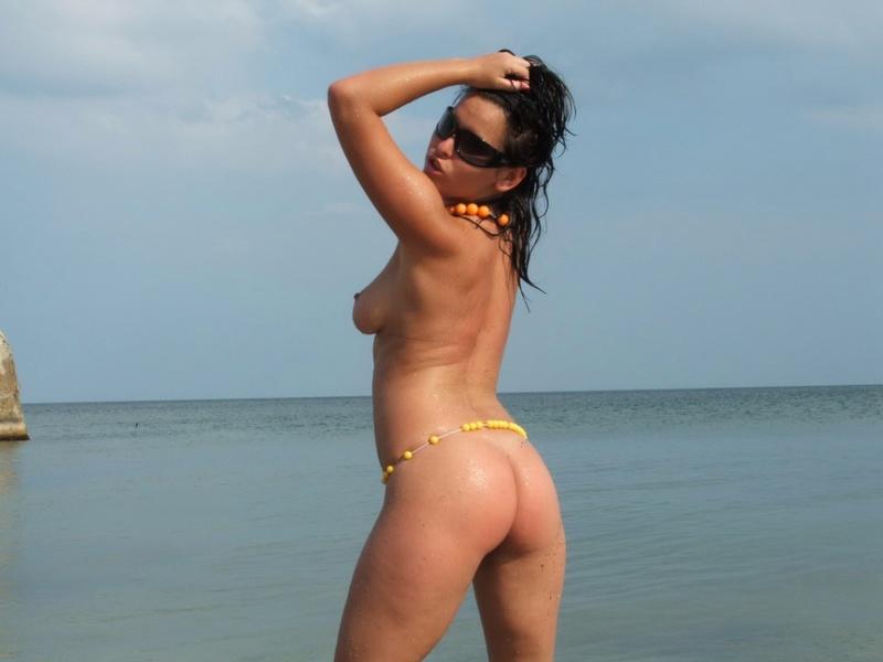 Грудастая модель позирует голой на берегу моря - секс порно фото
