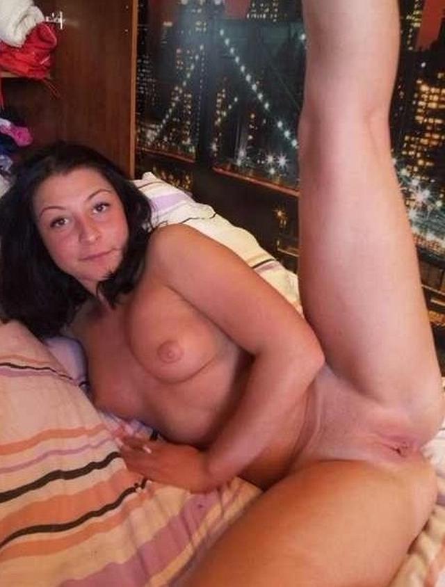 Стройные девицы хвастаются своими выбритыми кисками - секс порно фото