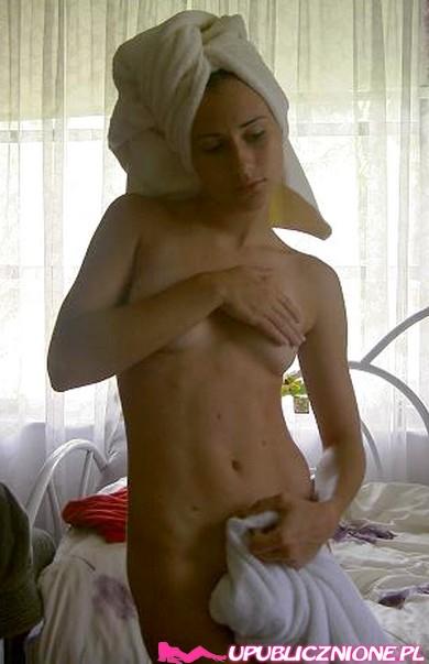 Молодая брюнетка моется в душе перед вебкой - секс порно фото