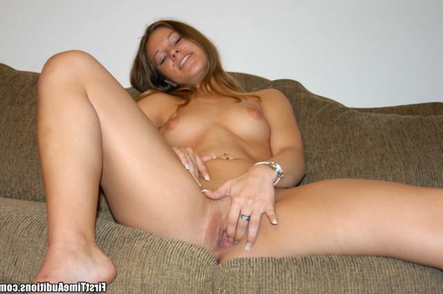 Молодая цыпочка с упругой попкой возбуждает хахаля минетом - секс порно фото