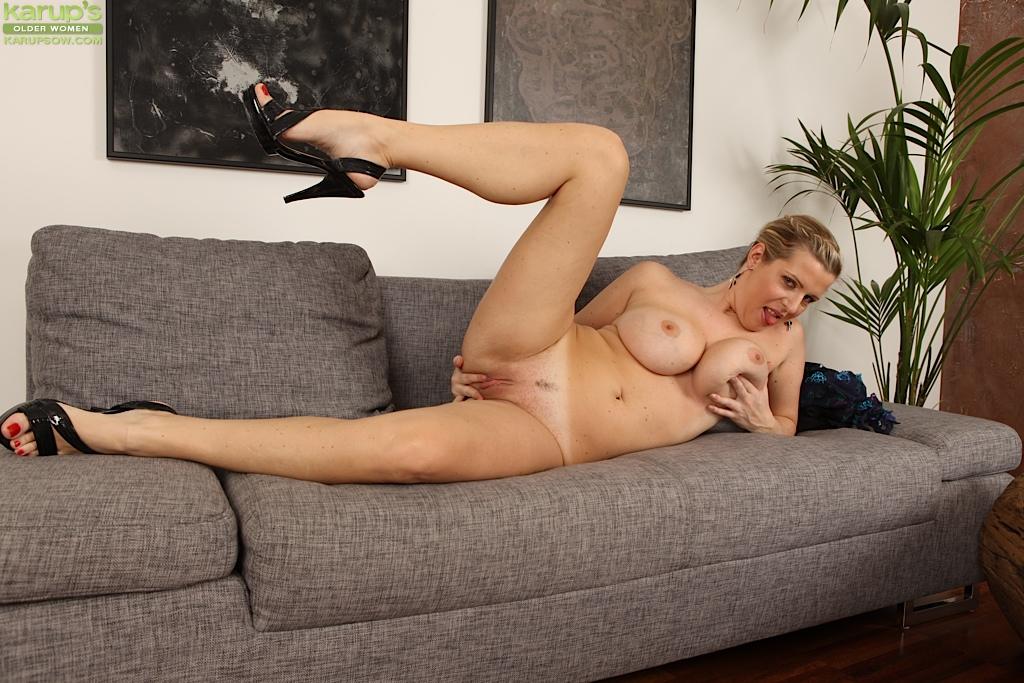 Грудастая мамочка мастурбирует на диване - секс порно фото