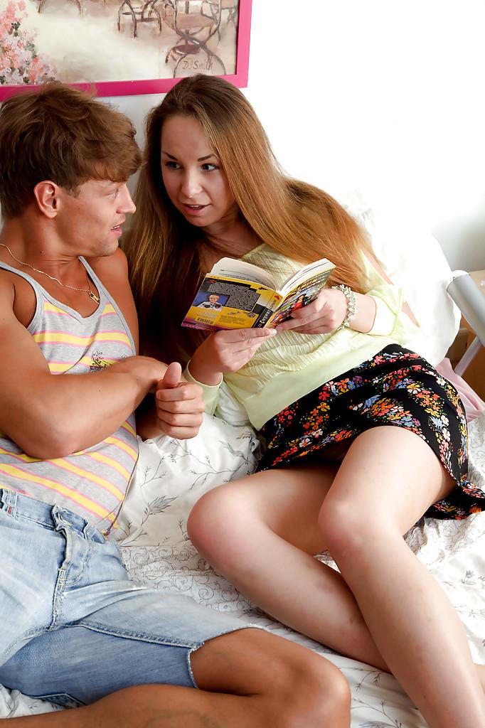 Парень поимел подружку в её комнате и кончил на лицо - секс порно фото