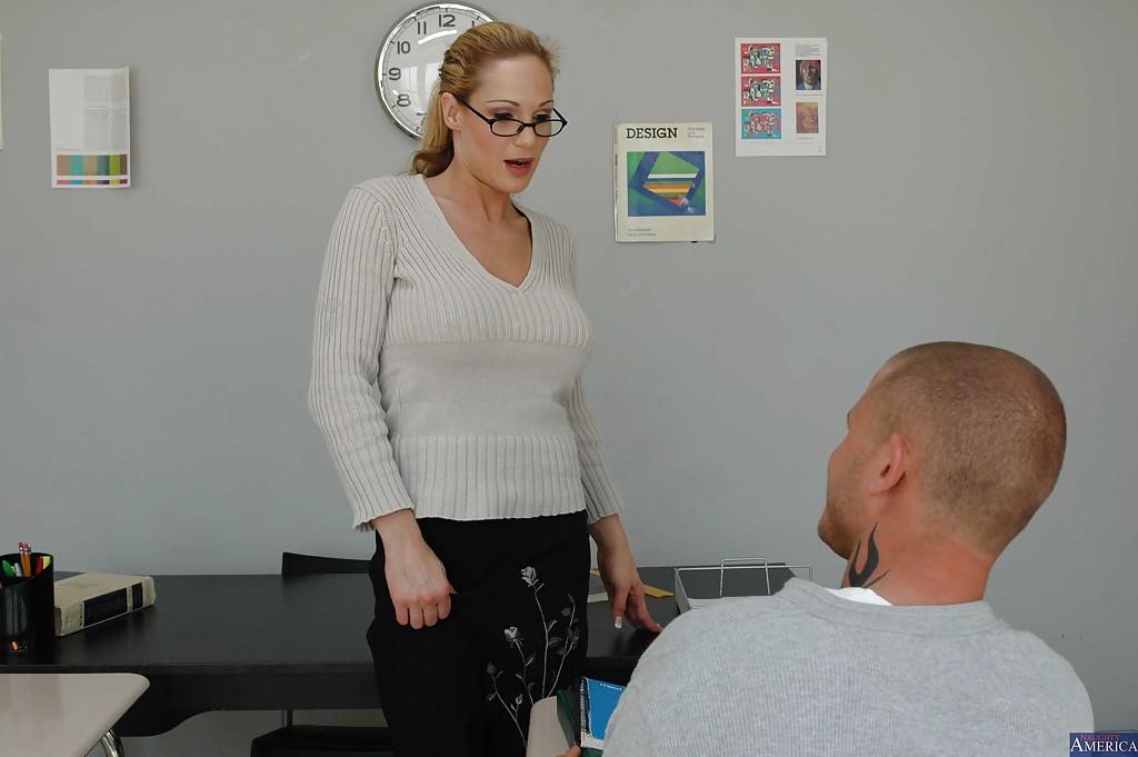 Мужик поимел грудастую учительницу в очках на столе - секс порно фото