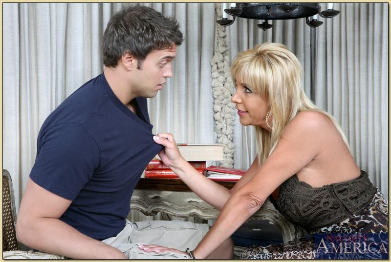 Новый любовник трахает грудастую мамашу на столе - секс порно фото
