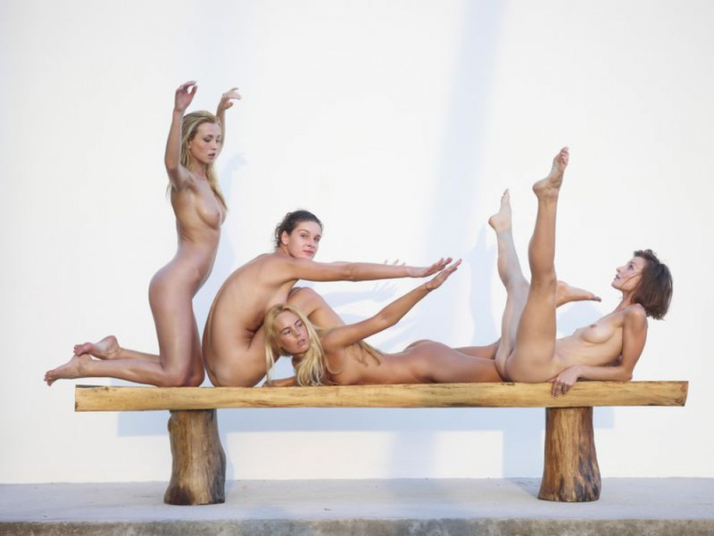 Обнаженные модели в масле выстраиваются на лавочке - секс порно фото
