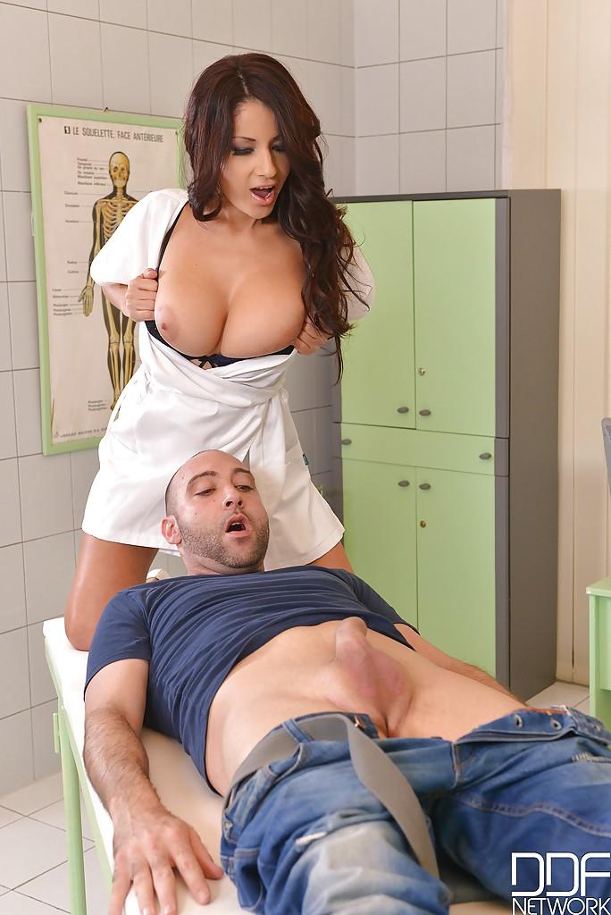 Грудастая докторша соблазняет мужика с большим членом на медосмотре - секс порно фото