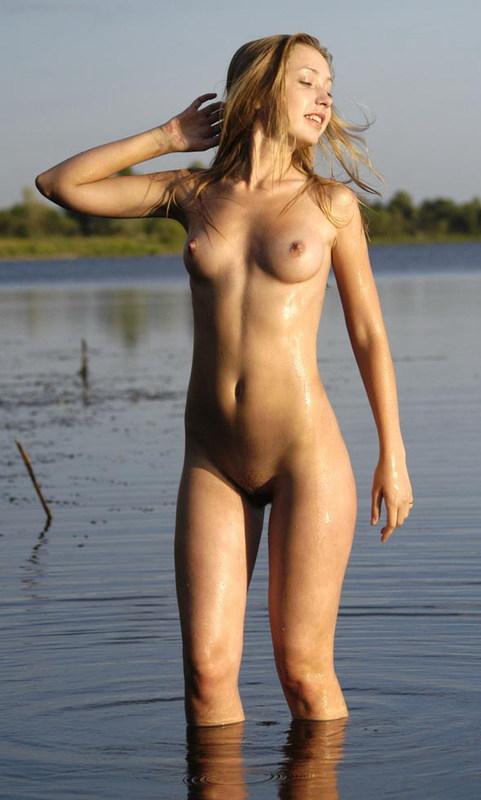 Голая девушка купается в озере - секс порно фото