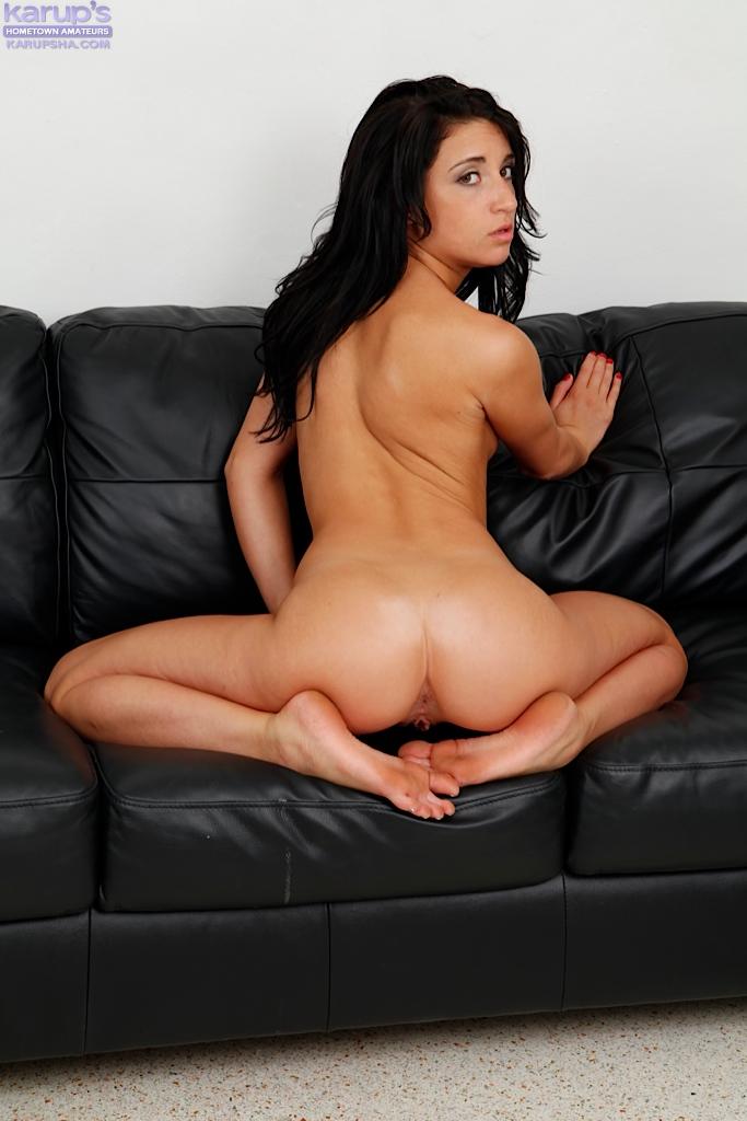 Молодая брюнетка мастурбирует узкую киску - секс порно фото