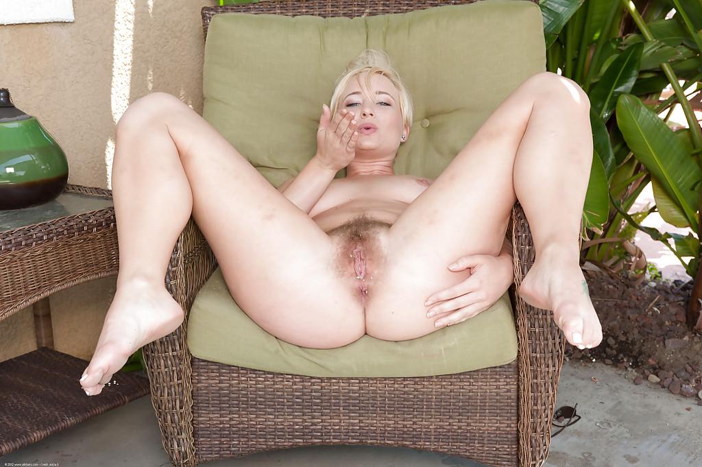 Блондинка с волосатой киской сосет член перед трахом - секс порно фото