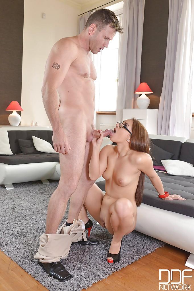 Девушка в очках делает глубокий минет зрелому мужчине - секс порно фото