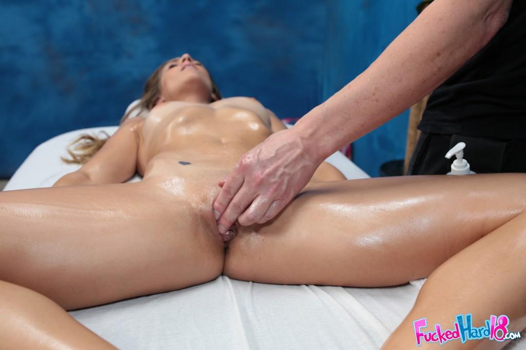 Горячая девушка удовлетворяет своего массажиста - секс порно фото