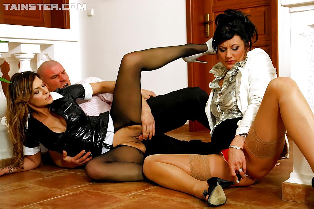Страстные мамочки трахаются со своим другом в одежде - секс порно фото