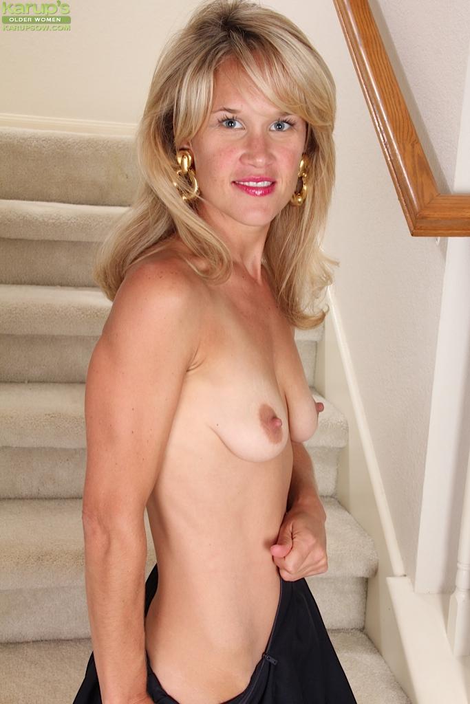 Голая домохозяйка сидит на лестнице своего дома - секс порно фото