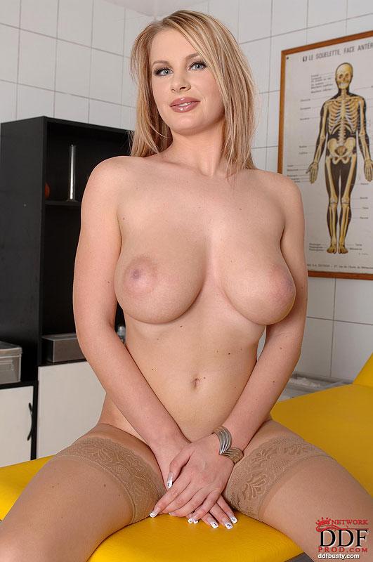 Медсестра в чулках оголяет свои большие сиськи - секс порно фото