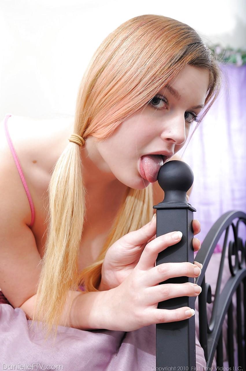 Девушка с большими сиськами мастурбирует бритую киску - секс порно фото
