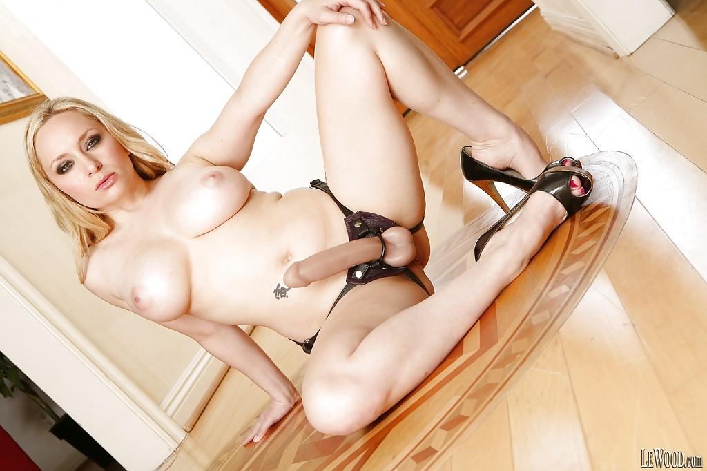 Мамочка на высоких каблуках показывает свою задницу - секс порно фото