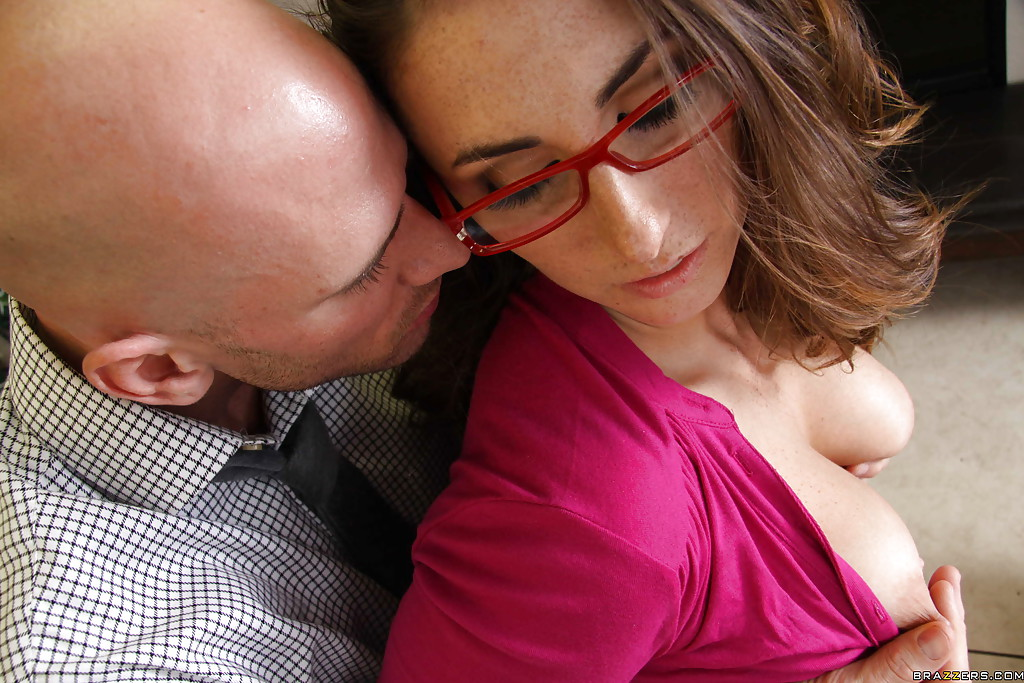 Секретарша в очках трахается в офисе - секс порно фото