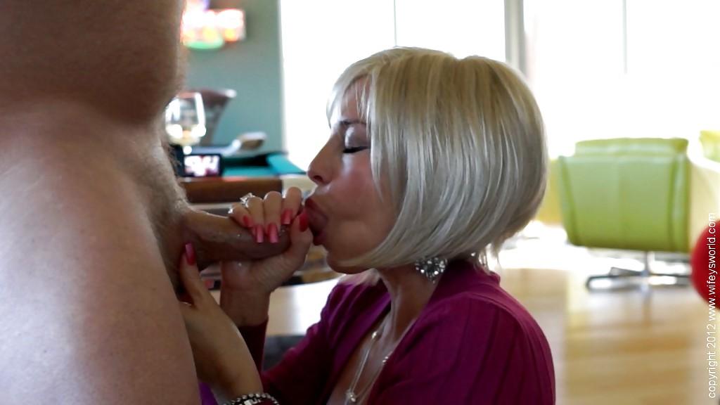 Тридцатилетняя мамочка в колготках трахается раком - секс порно фото