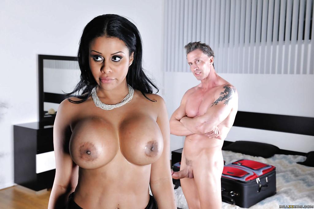 Грудастая латинская милфа сосет большой фаллос - секс порно фото