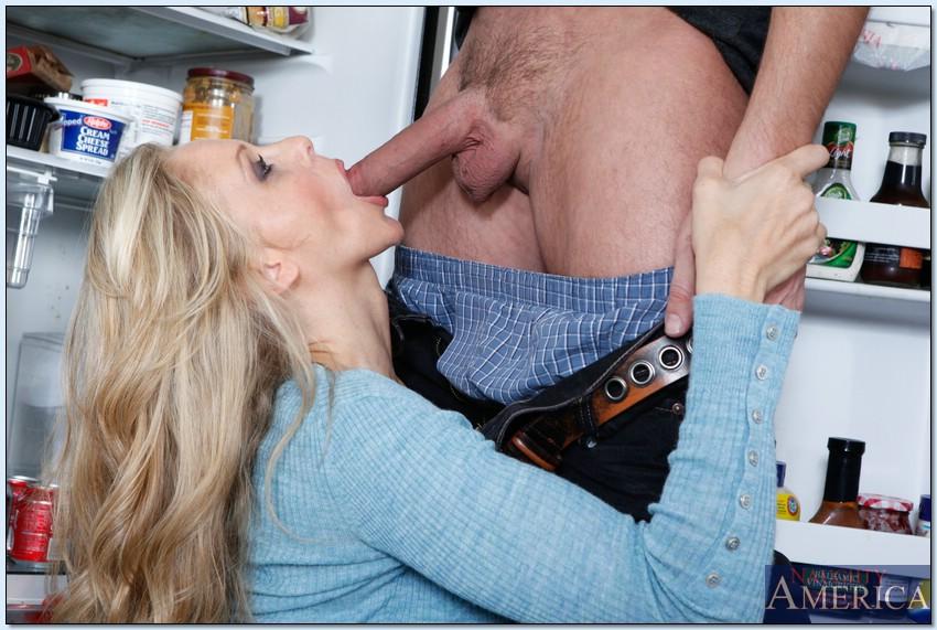 Мамочка с силиконовыми сиськами трахается с соседом накухне - секс порно фото