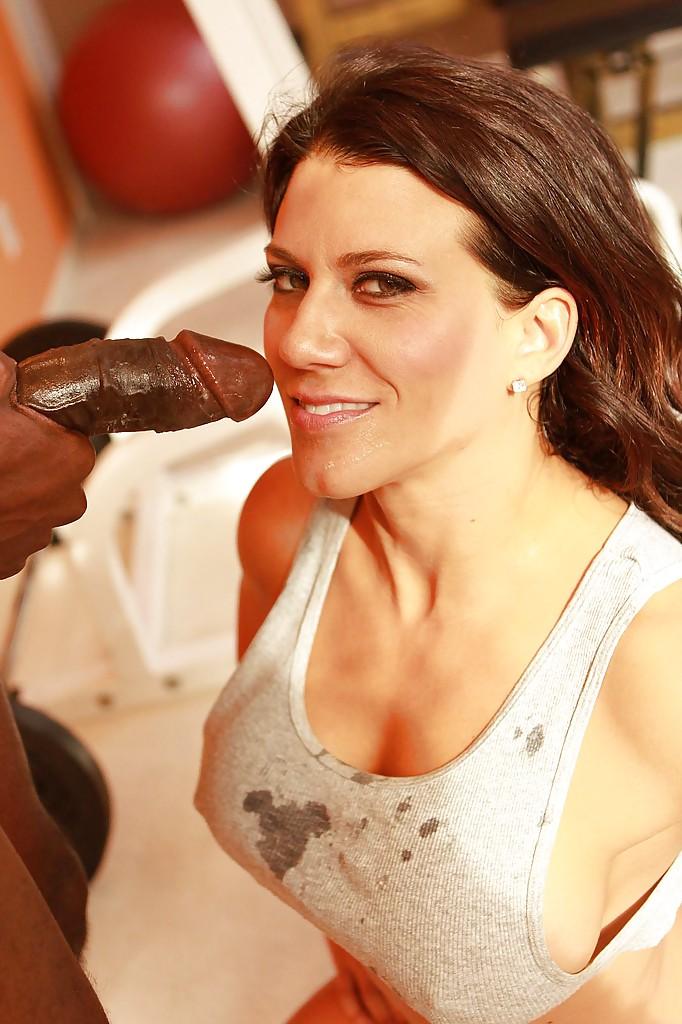 Спортивная мамочка с большими сиськами трахается со своим тренером - секс порно фото