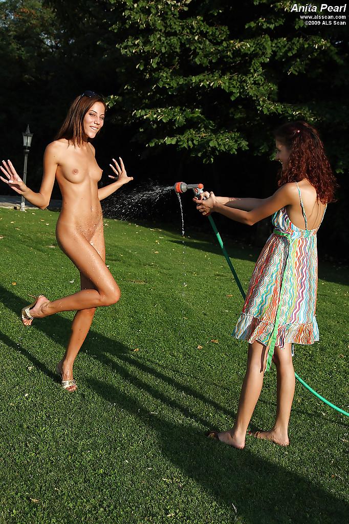 Молодая девушка мастурбирует огурцом на улице - секс порно фото