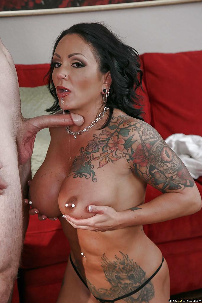 Татуированная мамочка сосет здоровый болт и раздвигает ноги для куни - секс порно фото