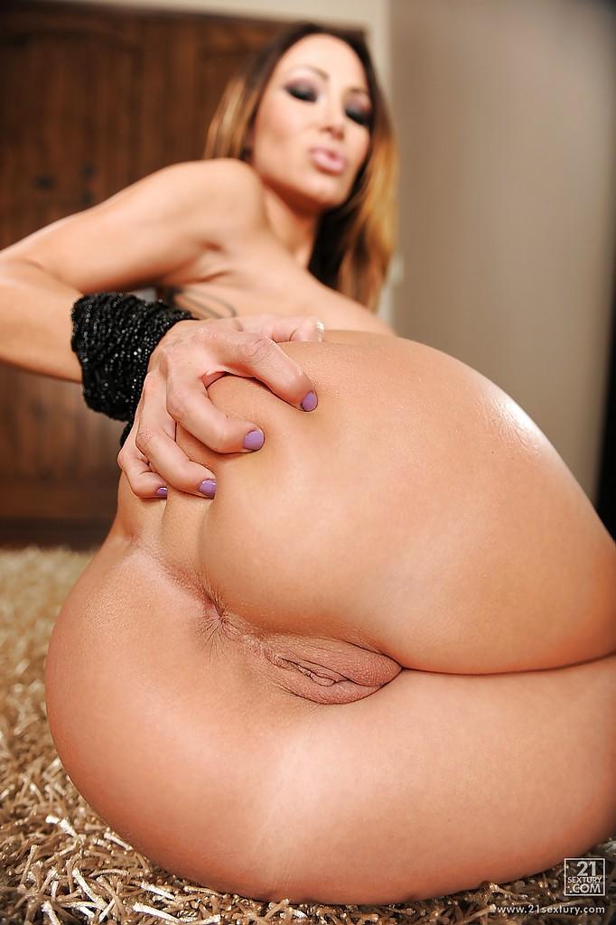 Дамочка снимает кружевное белье и мастурбирует бритую киску - секс порно фото