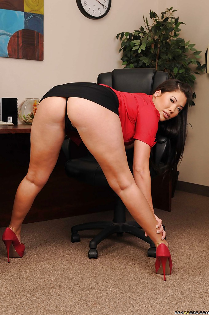 Азиатка сексуально раздевается обнажая свои большие сиськи в офисе - секс порно фото
