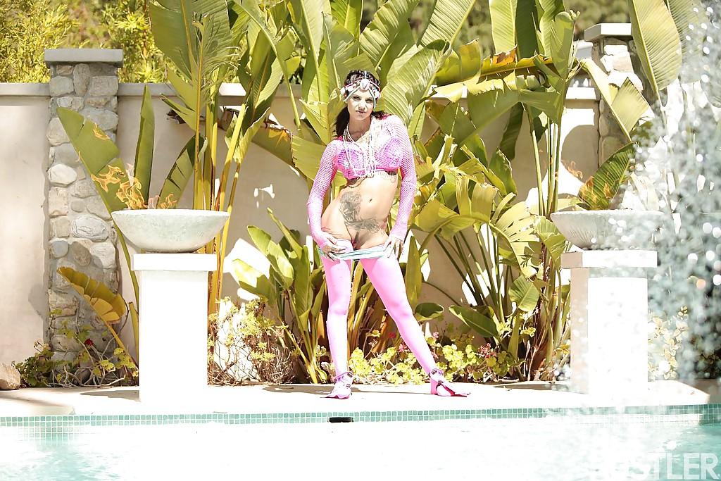 Татуированная милашка хвастается формами у бассейна - секс порно фото
