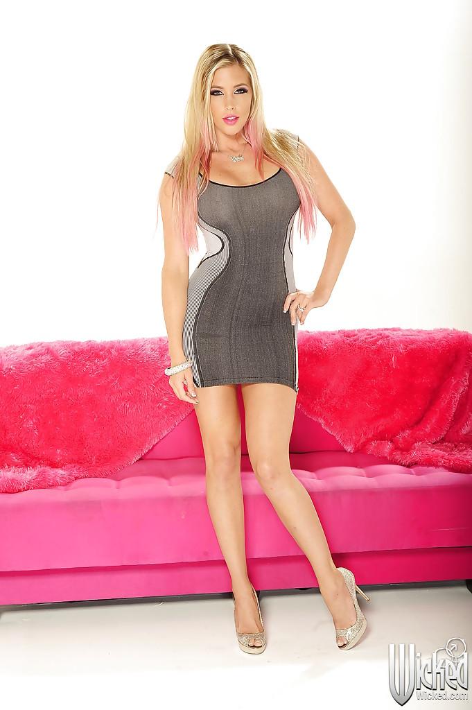 Блондинка раздевается и показывает свои формы - секс порно фото