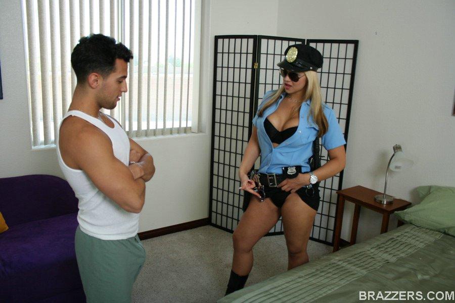 Парень поимел полицейскую во время обыска - секс порно фото