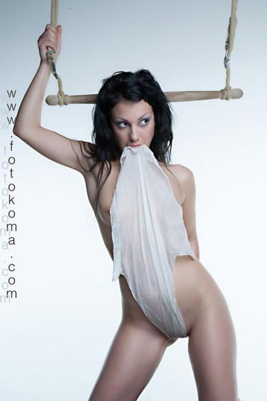 Сексуальная брюнетка едва прикрывает наготу прозрачным платком - секс порно фото