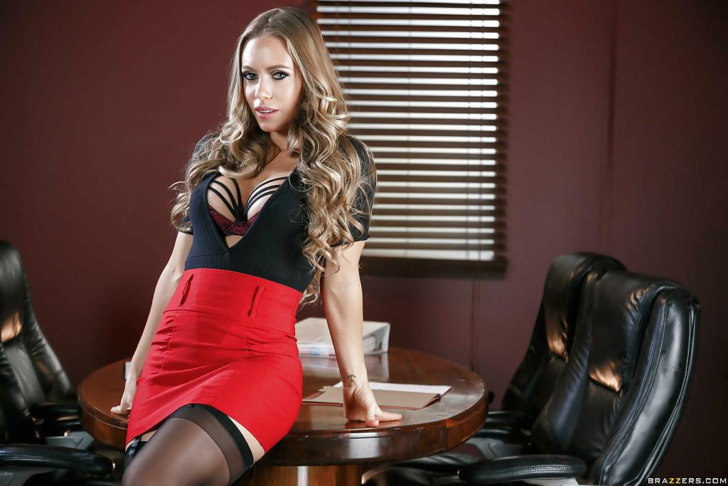 Красивая бизнеследи разлеглась голышом на столе - секс порно фото