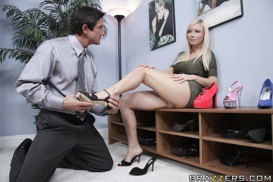 Мужик трахнул грудастую блондинку, зашедшую купить туфли - секс порно фото