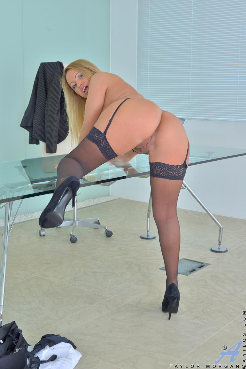 Секретарша в чёрных чулках разделась в обеденный перерыв - секс порно фото