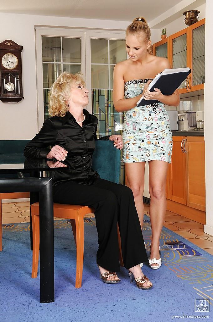 Старушка лижет киску молодой лесбиянки на кухне - секс порно фото