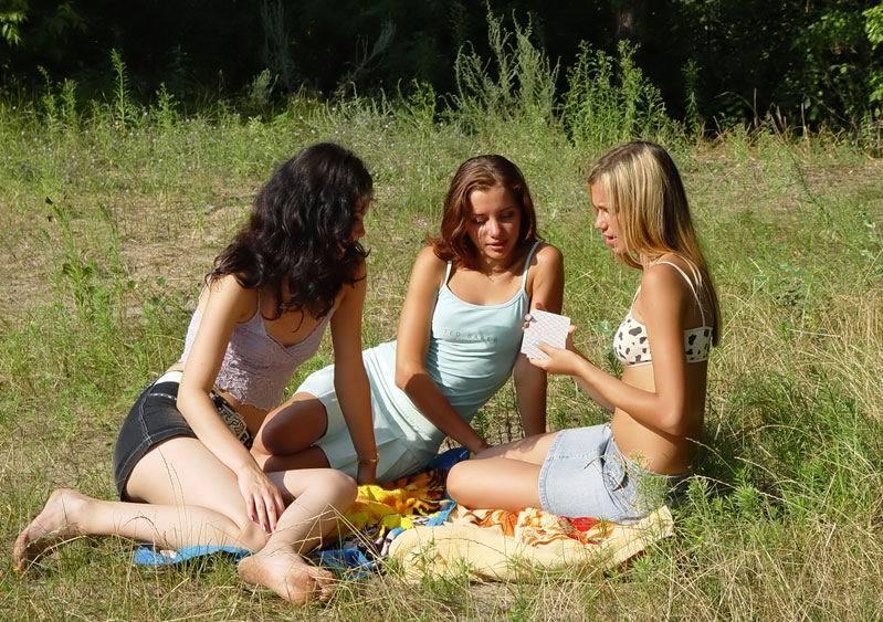 Сельские девицы играют в карты на раздевание на поляне - секс порно фото