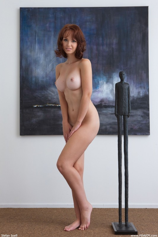 Студентка с красивой грудью сидит на полу под картиной - секс порно фото
